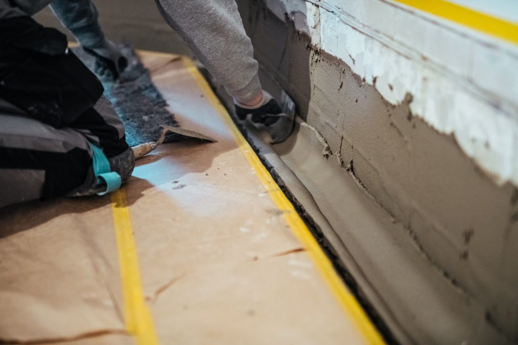 BKM Baustelle wird verspachtelt. Feuchter Keller wieder trocken.
